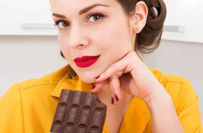 Девушка и шоколадка