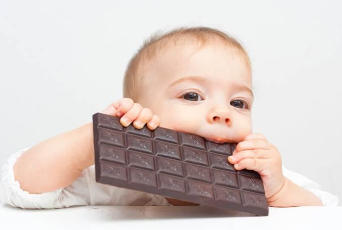 Малыш с шоколадной плиткой