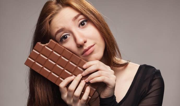 Девушка с надкусанной шоколадкой
