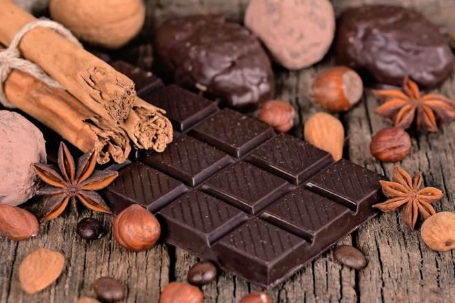 плитка шоколада и орехи
