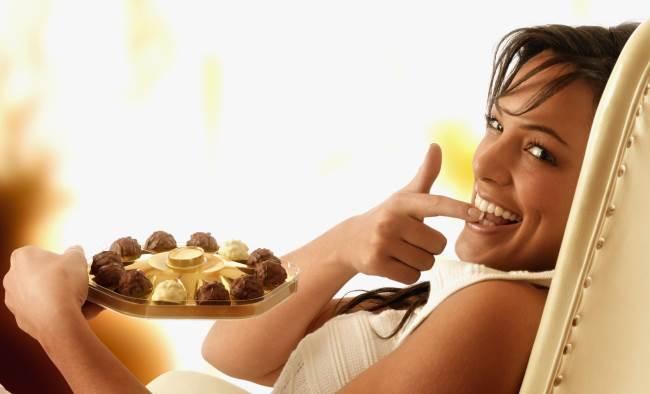 Девушка с шоколадными конфетами